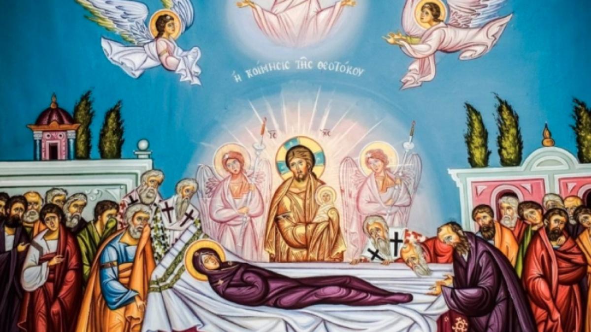 credincioșii merg la biserică unde ascultă Sfânta Liturghie