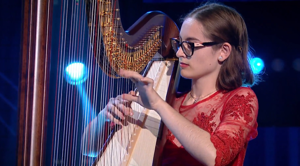 Emotie pura, la Romanii au talent. Daria, fata cu harpa, a intrat direct in semifinale. Un moment angelic